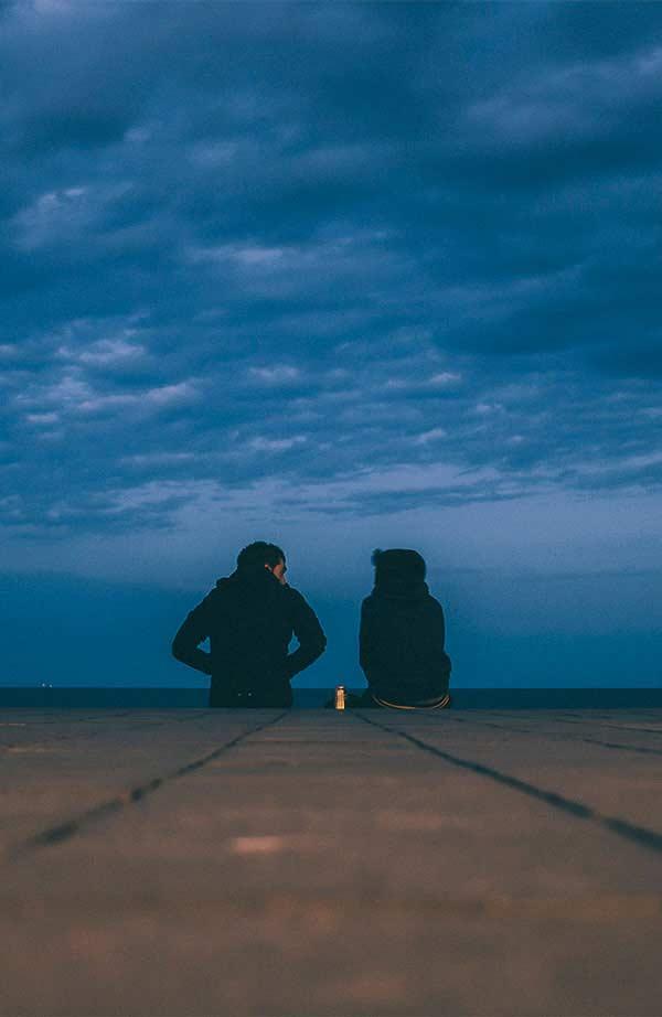 Ein Paar redet im Rahmen der Paartherapie miteinander