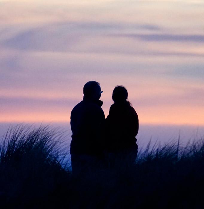 Paar in Abenddämmerung